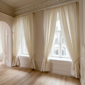 Аренда светлого зала в кремовых тонах для фотосессий| Фотостудия F11 Studio