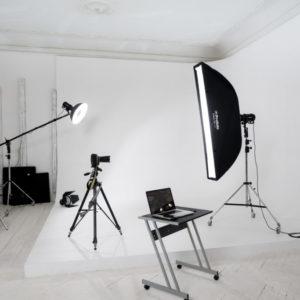 Белый лофт с циклорамой и бумажными фонами